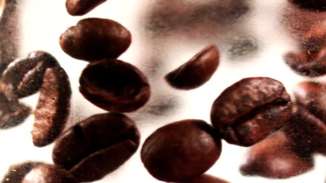 Kaffeebohnen fallen Kaffee
