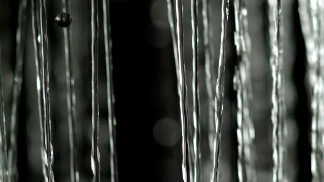 Vallende water streams op zwarte achtergrond