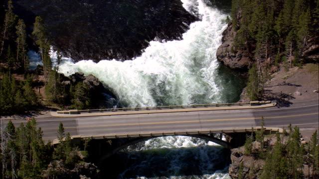 Falls door Grand Loop Road - luchtfoto - Wyoming, Park County, helikopter filmen, luchtfoto video, cineflex, tot de oprichting van schot, Verenigde Staten