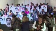 Familiares de las victimas confian en las fallas en la investigacion oficial del caso de los 43 estudiantes desaparecidos en Mexico denunciadas por...