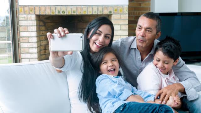 Familie thuis nemen een selfie