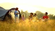 DOLLY HD: Famiglia campeggio nel prato