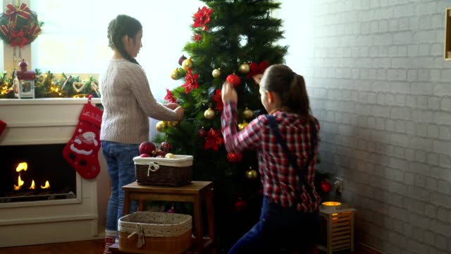 Family decorate the Christmas tree
