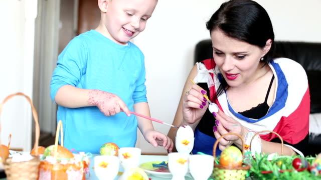 Famiglia decorare uova di Pasqua
