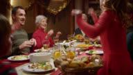 Familie macht einen lustigen Tanz im festlichen Tisch