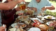 Familie eine Mahlzeit an der Picknick-Tisch