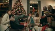 Famiglia regali ogni altro presenta