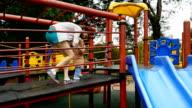 Familie viel Spaß am Spielplatz