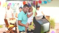 HD: Familie mit einem Barbecue-Party
