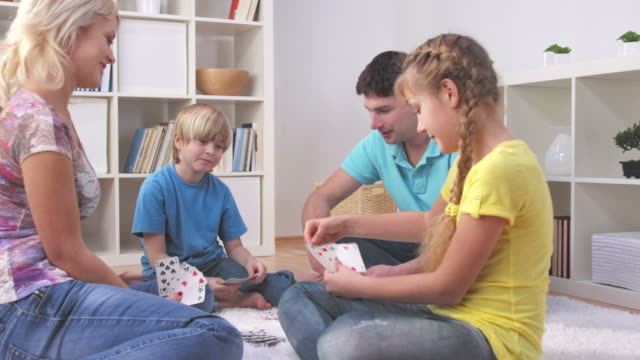 HD DOLLY: Familie Spaß spielen Karten