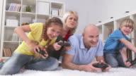 DOLLY HD: Famiglia che si diverte a giocare videogiochi