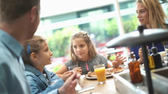 Familie na de lunch in een restaurant.