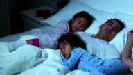 Familie im Bett zusammen Schlafen