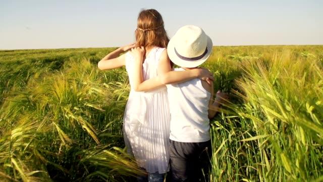 Famiglia in un campo di grano