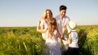 Familie in wheat field