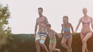 SLO-MO Familie Springen Sie in den pool, während dem Sonnenuntergang