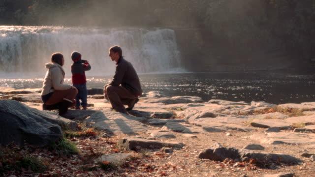 Familie mit Blick auf den Wasserfall