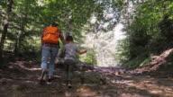 Familie van twee het bos verkennen op het wandelpad