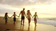 Familie auf einem tropischen Strand-Urlaub in Hawaii