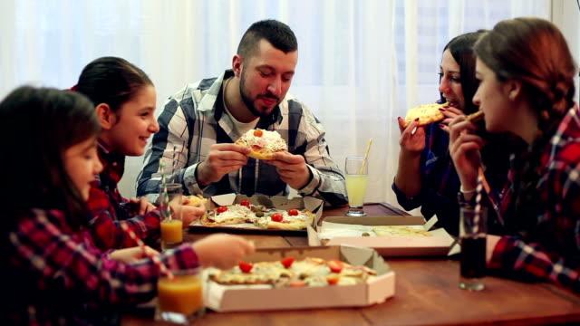 Familie oder Freunden in einem Pizza