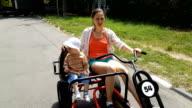 Familie Reiten Fahrrad durch den park