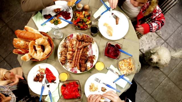 Familientabelle mit Urlaub Lebensmittel