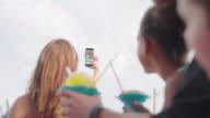 Familie nimmt Selfie im Sommer