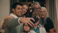 Famiglia prendendo foto la vigilia di Natale