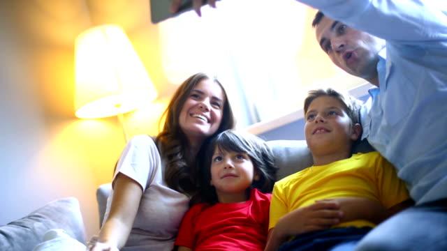 Familie, die selfies wie zu Hause fühlen.