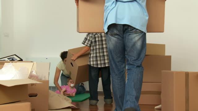 DOLLY HD: Famiglia disimballaggio nella nuova casa
