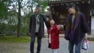 Familie wandelen door de tuinen van een Japanse tempel