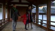 Familie lopen door een Japans tempel
