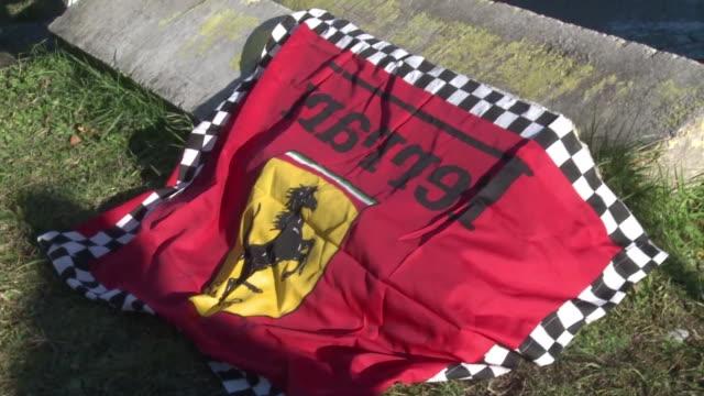Fans de Michael Schumacher se congregan este lunes en la puerta del hospital de Grenoble Francia para expresar su apoyo al expiloto aleman que se...