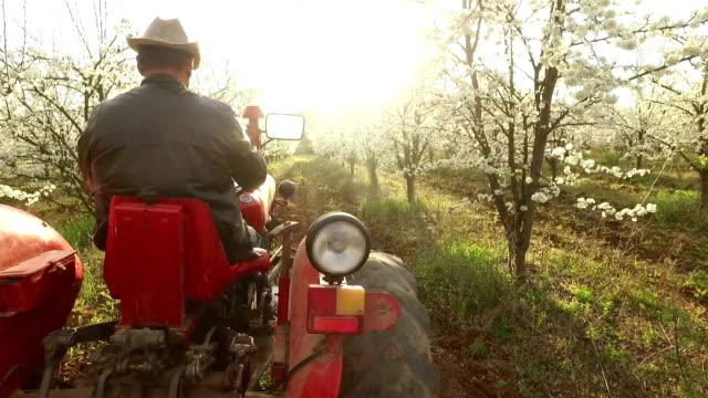 Landwirt in einer Bauernhof auf einen Traktor