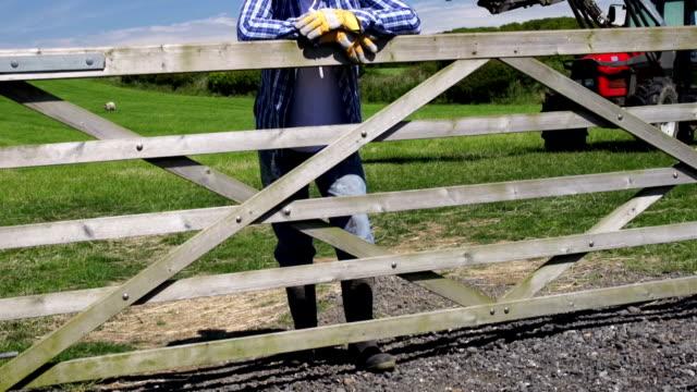 CRANE HD: Farmer in Feld mit Traktor hinter (Farm Landwirtschaft)