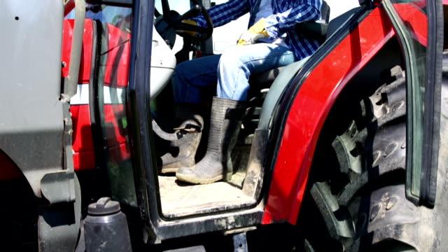 HD CRANE: Farmer in Traktor lächelt in die Kamera (Farm Landwirtschaft)