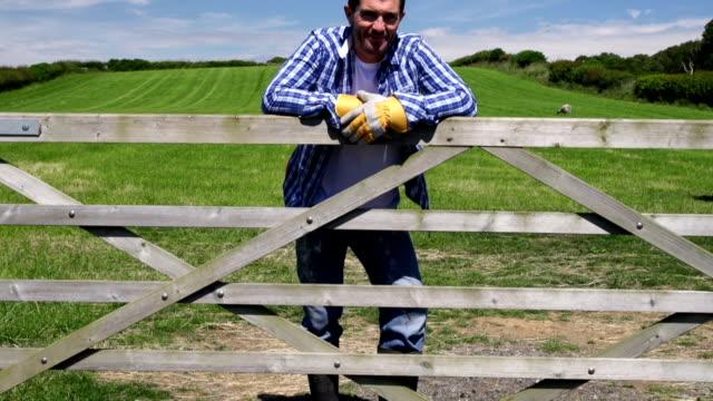 HD CRANE: Farmer Lehnend auf Tor des field (Farm Landwirtschaft)