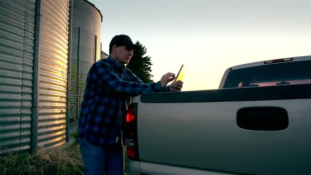 Landwirt mit einem digitalen tablet-PC mit Internetzugang
