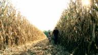 HD DOLLY: Landwirt zu Fuß mit Kind im Corn Field