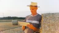 HD DOLLY: Landwirt mit digitalen Tablet