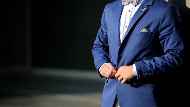 Fashionabla kostym och en ung man