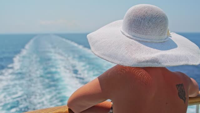 Moda Donna godendo la vista sulla nave da crociera