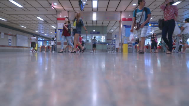 Video Zeitraffer von Menschenmenge gehen in U-Bahn-station