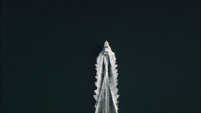 Schnellen Motorboot auf See – Luftaufnahme-The Marken, Provincia di Macerata, Civitanova Marche, Italien