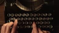 LD schnell Tippen auf einer alten Schreibmaschine