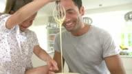 Padre e figlia cottura Torta In cucina