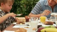 HD: Padre e figlio alla prima colazione