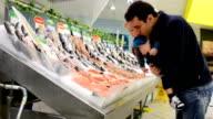 Padre e figlio al mercato del pesce