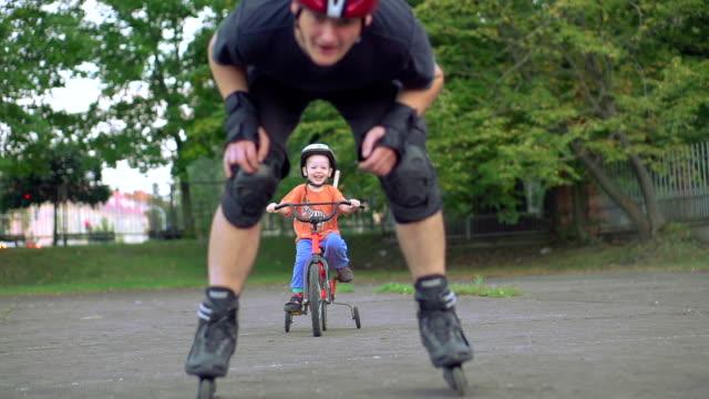 Vater und Sohn am Spielplatz