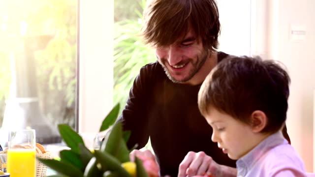 Padre e figlio con prima colazione